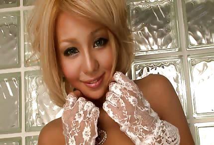 La sexy asiatica bionda