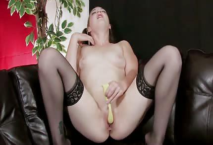Si lamenta piacevolmente durante la masturbazione solitaria