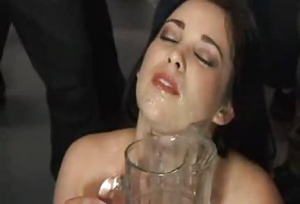 Amy Starz beve gli shots di sperma