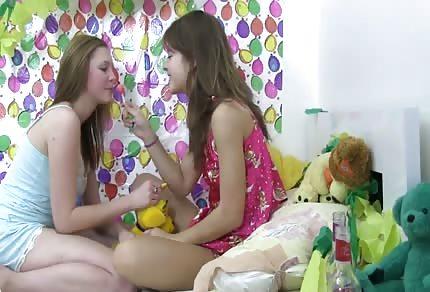 Due sexy lesbiche si stanno divertendo