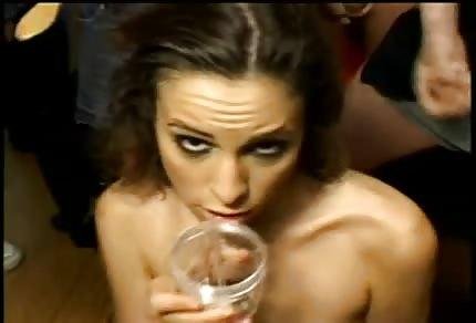 Amber Rayne beve lo sperma di tanti uomini