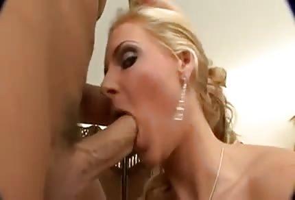La mammina se lo prende nella fica rasata