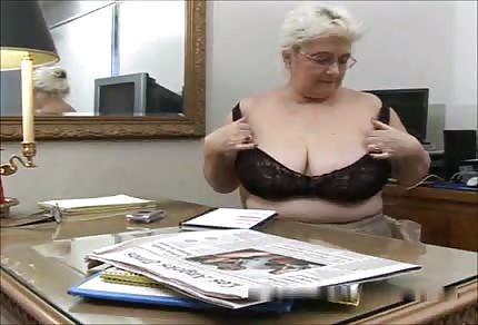 La nonna con tette enormi arrotonda in pensione