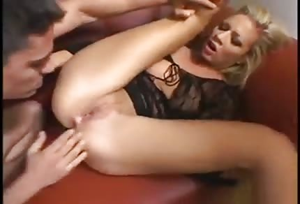 La biondina sul sofà rosso si prende l'anale