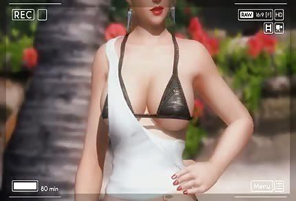 La meravigliosa modella sulla spiaggia in bikini