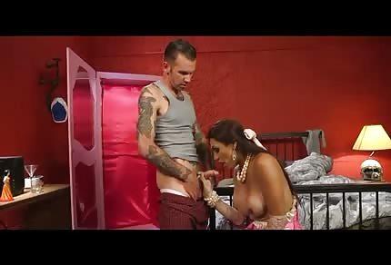 La figa in abito rosa comincia ad occuparsi del tizio tatuato