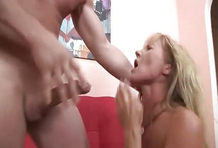 La biondina trombata in modo hard in bocca
