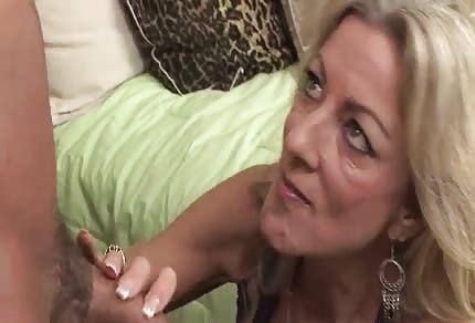 La biondina con la scollatura enorme ha voglia di scopare