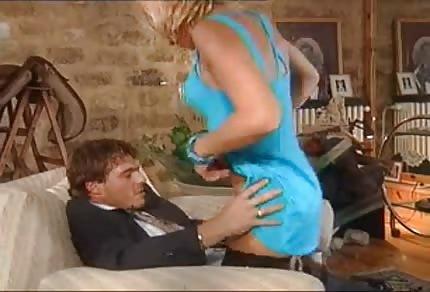 La mammina matura nell'abito azzurro