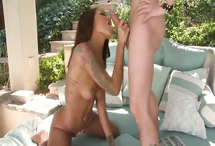 La bellissima Gisele fa il bocchino al cazzo bianco