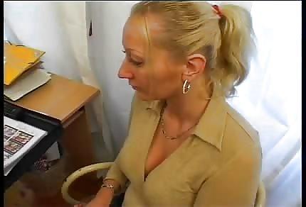 La bionda-amatoriale tedesca trombata sul sofà