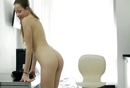 Ola mostra la patata bagnata sulla sedia e dà la dimostrazione del suo giovane corpicino naturale