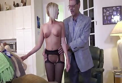 La ragazza ospita il vecchio rincoglionito nel suo bordello