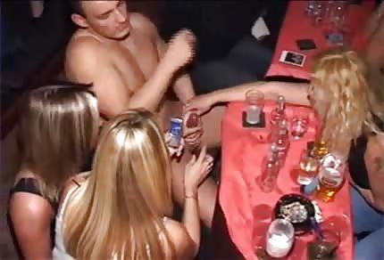 Le ragazze fanno il bocchino durante l'addio al nubilato
