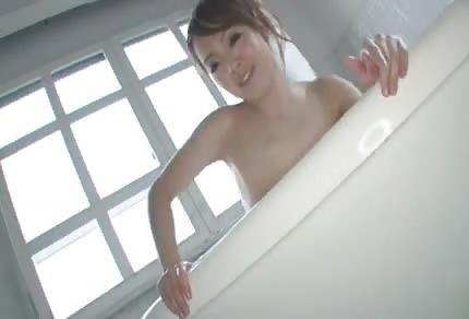 L'asiatica con enormi paraurti naturali