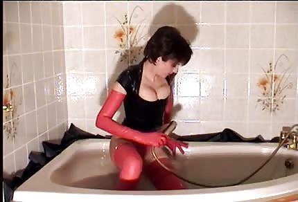 La dimostrazione della calda figa arrapata in vasca da bagno