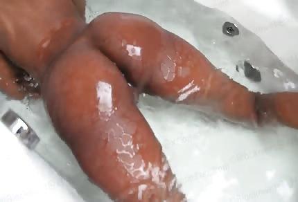 Il gran nero culetto cioccolatoso nella vasca da bagno