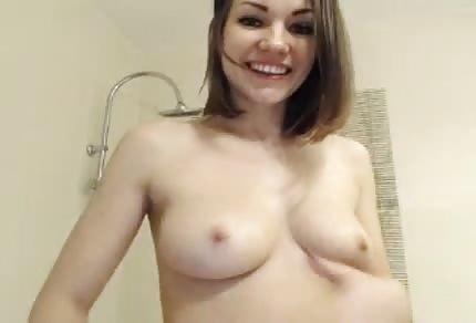Nuda e allegra gioca con il suo corpicino giovane