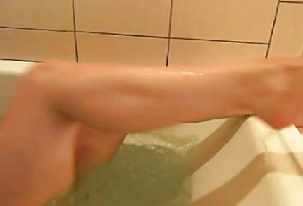 La bellissima ragazza si masturba in vasca da bagno