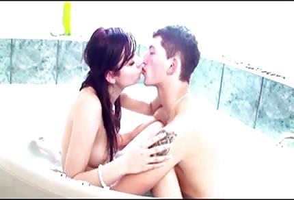 Il sesso caldo in vasca da bagno