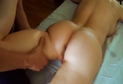 Il massaggiatore massaggia le sexy mammina tettona