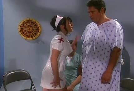 Questa infermiera subito mette in piedi