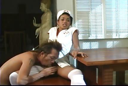 L'infermiera cioccolatosa ha preso nel culetto