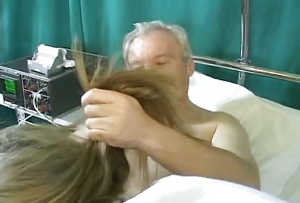 L'incredibile infermiera bionda si prende cura del vecchio paziente arrapato