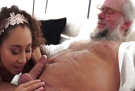 Il vecchio uomo con la barba ha leccato la sua patata giovane