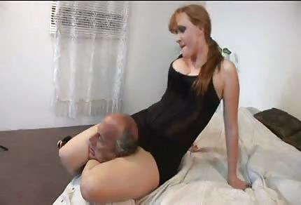 Strangola il vecchio con le sue sexy cosce forti
