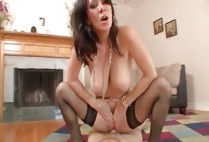 La mammina si diverte con il dildo nel culetto