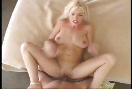 La sexy biondina si prende l'anale