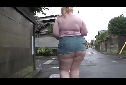 L'enorme culone grasso, gira nella pioggia