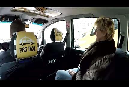 La signora passeggera vuole entrare sotto il volante dell'autista