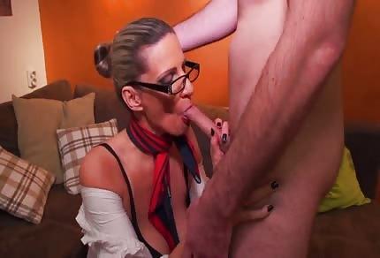 La mammina con gli occhiali si diverte con l'amante giovane