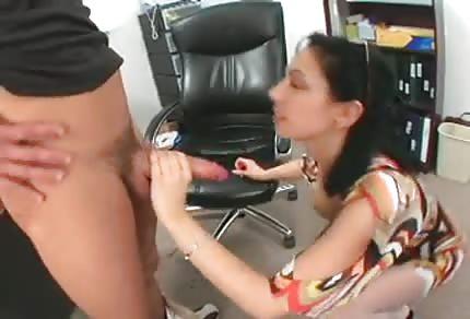La sexy mammina ha voglia del amante giovane