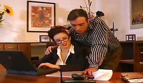 La segretaria promiscua con le tette grandi