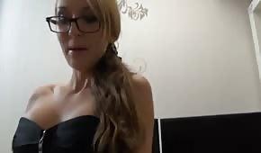 La segretaria promiscua in una sexy biancheria intima