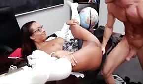 L'occhialuta apre le gambe davanti al professore