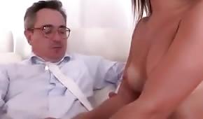 Il tizio lentamente le sbottona la camicia e tocca il seno