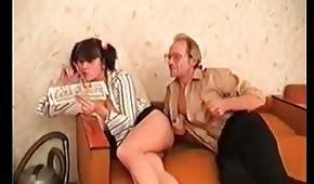 Pompino e scopata sul divano russo