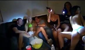 Le fighe ubriache mostrano le tette alla festa