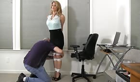 Il capo ha voglia di divertirsi con la segretaria