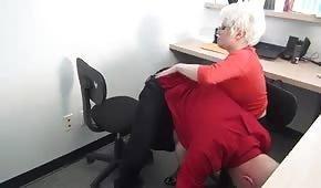 La segretaria tettona provoca il suo capo
