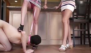 Il tizio si fa usare per leccare i piedi