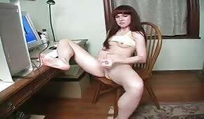 La giovane guarda i porno e si fa bene