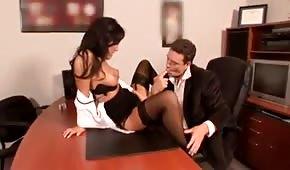 La segretaria apre le gambe sulla scrivania del suo capo
