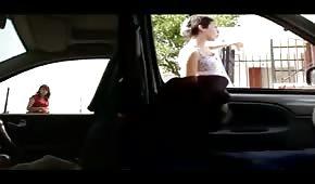 Il tizio si fa un giro con la macchina in città e si fa la sega