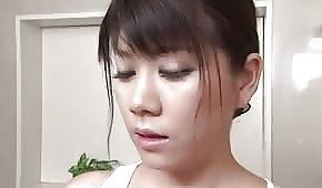 L'asiatica si fa il bagno con la maglietta