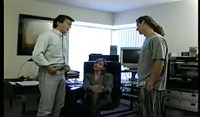 In ufficio si divertono bene su due fruste con la mora